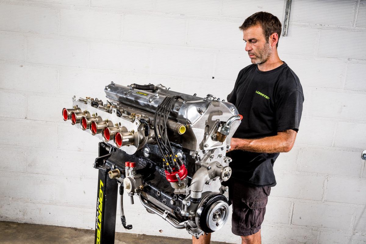 Fin de montage d'un 6 cylindres en ligne 3,8L de Jaguar Type E