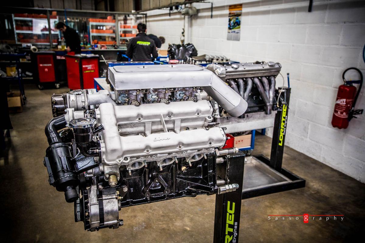 Moteur Ferrari Dino 6 cylindres en V prêt pour rodage au banc moteur