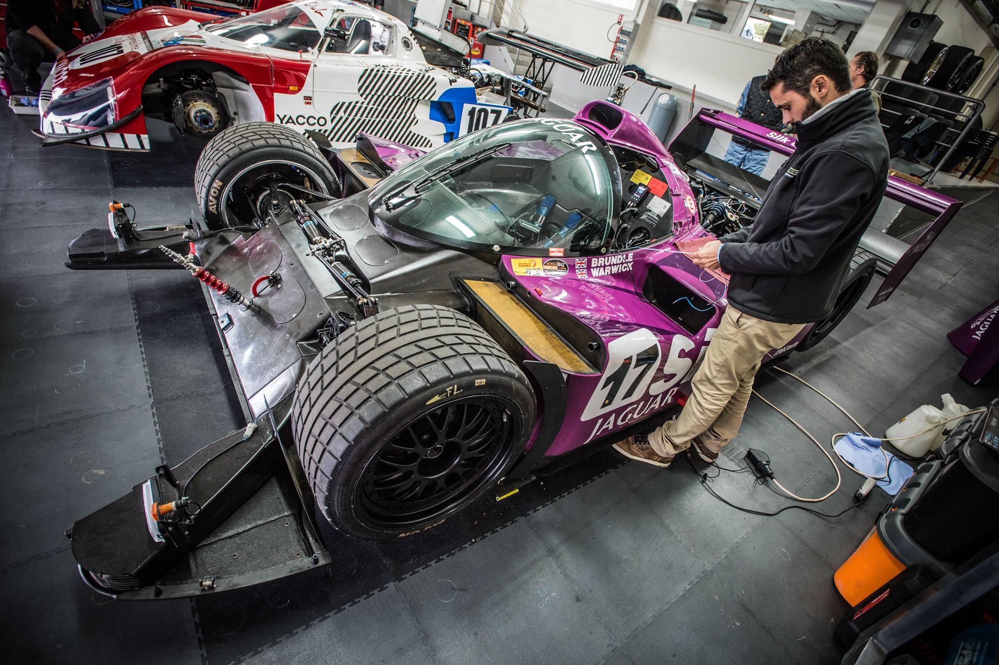 Jaguar XJR14 sur circuit du Castellet maintenance sur piste