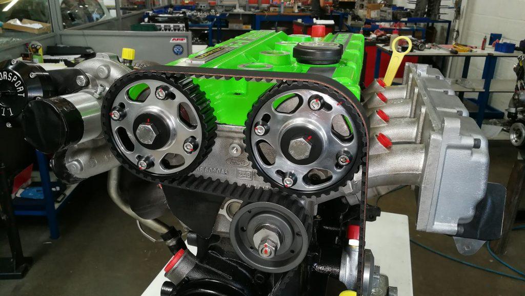 Photo détail moteur Escort Cosworth, poulies réglables